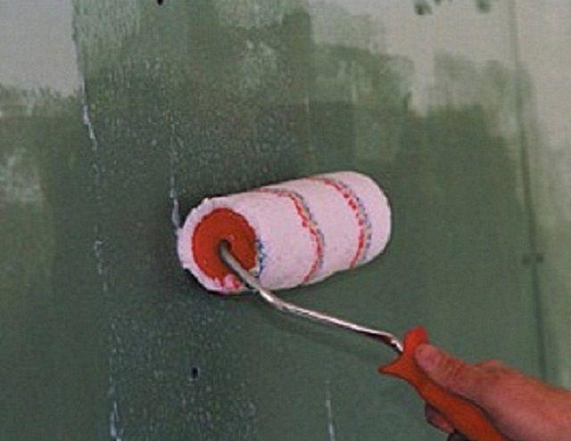 Первый слой должен проникнуть как можно глубже и укрепить поверхность