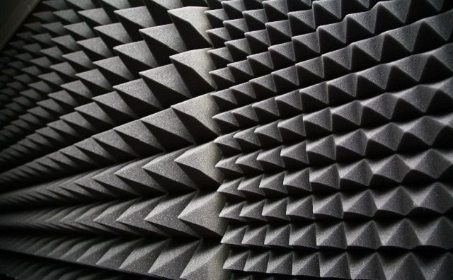 Высочайшими шумоизоляционными качествами обладает поролон, особенно в профильном исполнении