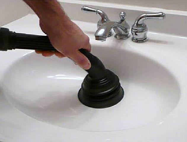 Можно попытаться пробить или вытянуть засор с помощью моющего пылесоса
