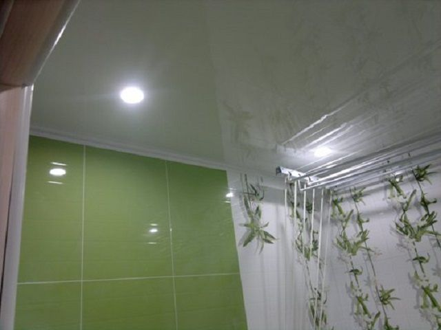 Точечные светильники на ПВХ-потолке