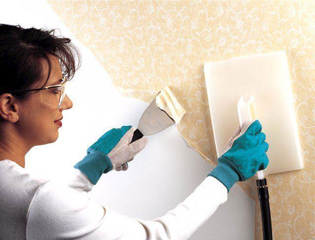 Профессиональные отделочники используют для снятия обоев специальный инструмент