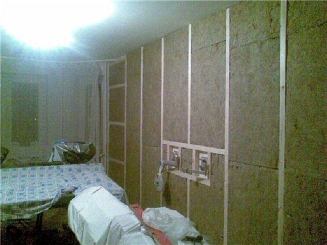 Стена полностью закрыта шумопоглощающим материалом в два слоя