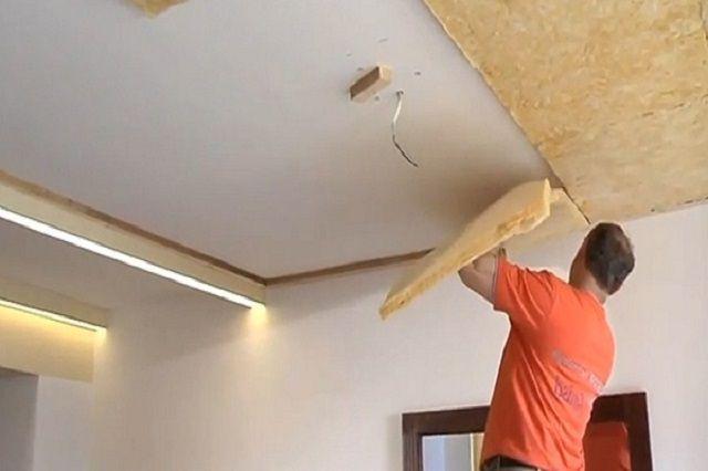 Фиксация промазанных клеем блоков на потолке