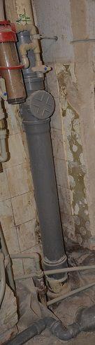 Демонтирована чугунная труба. Установлена пластиковая