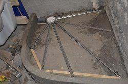 Рис 7. Маяки для заливки дна душевого поддона с уклоном к сливу
