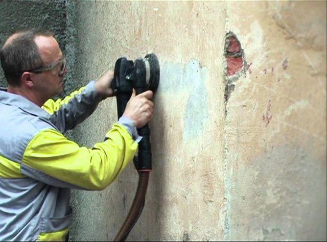 Механическая очистка стены от старых покрытий