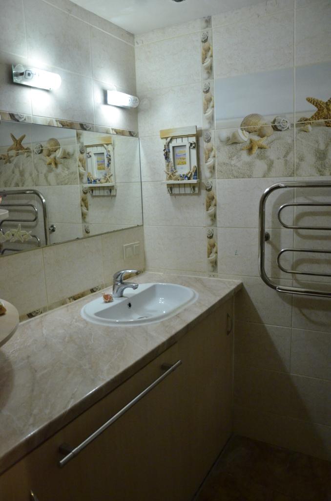 Установлен полотенцесушитель, умывальник, повешено зеркало