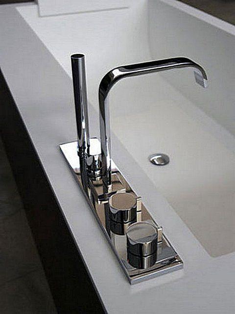 Смеситель с установкой на ванну моноблочного типа