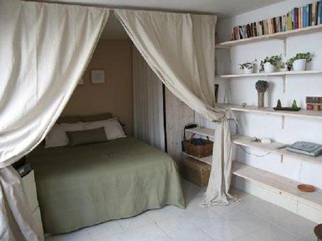 Светлые шторы в этом спальном уголке восполнят недостаток дневного света