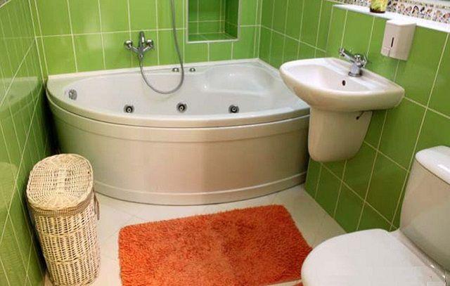 Компактная акриловая асимметричная ванна позволила сэкономить пространство на тесной площади