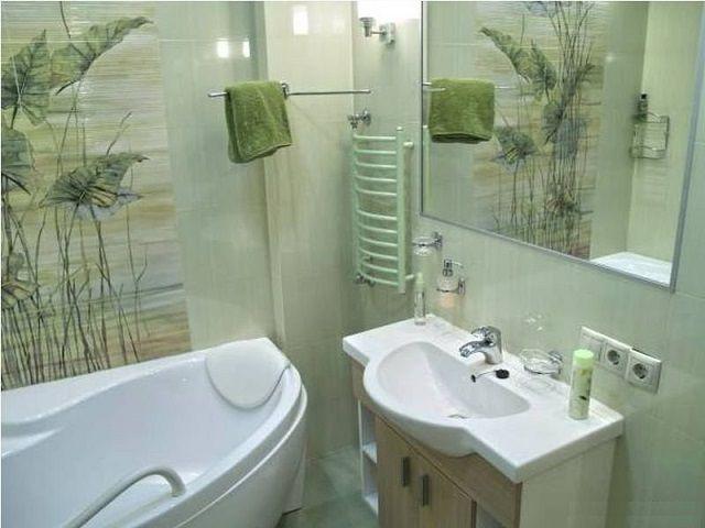 """Зеркало позволяет значительно """"раздвинуть"""" пространство тесной ванной комнаты"""