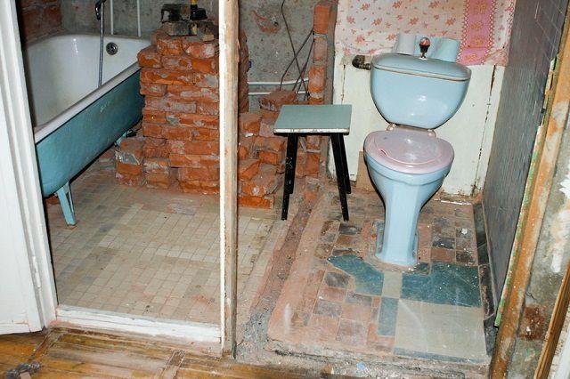 Демонтаж старой перегородки между туалетом и ванной