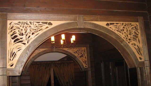 Деревянная арка, украшенная резным орнаментом