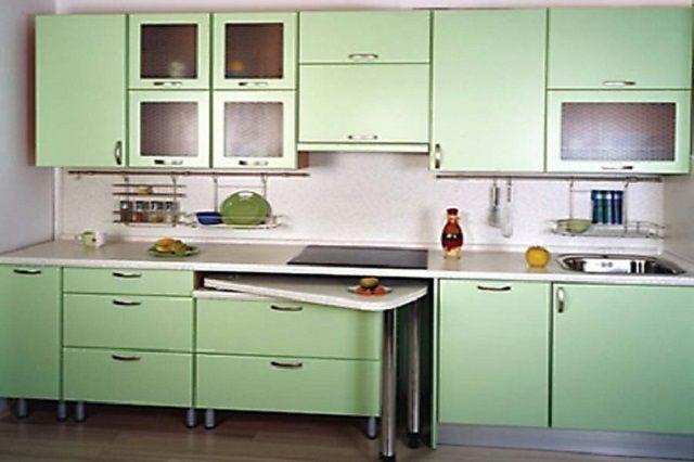 Для узкой кухни может подойти стол, который прячется под столешницу рабочей зоны