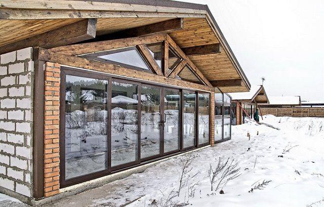Наличие сдвижной прозрачной стены нередко предусматривается на стадии проектирования здания