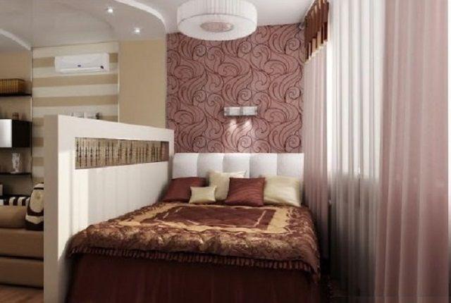 Удачное выделение спальной зоны с помощью невысокой перегородки и особенностей отделки