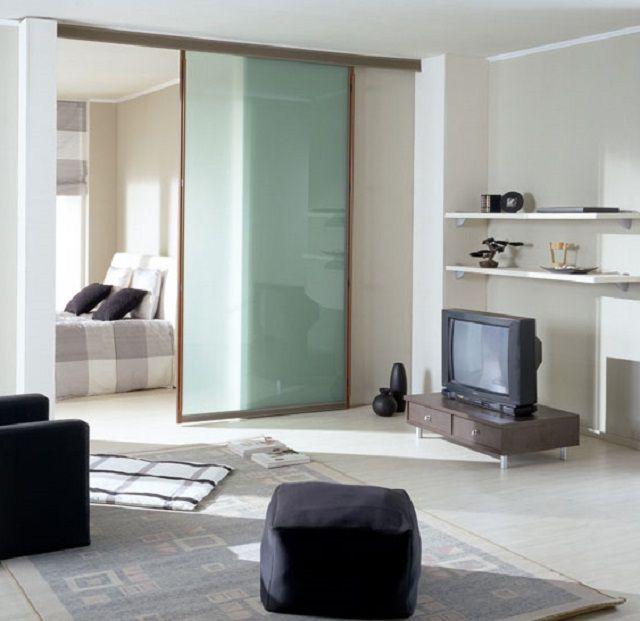 Стеклянная дверь практически не препятствует распространению дневного света от окна