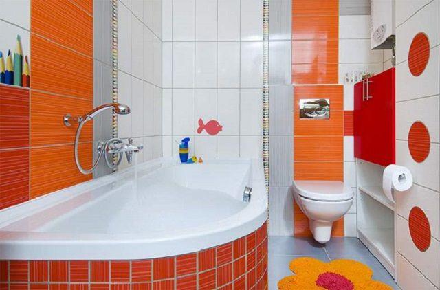 Совмещенная ванная комната, отделанная в солнечный оттенках