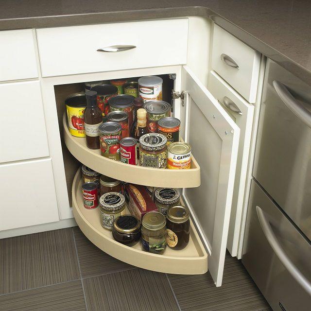 Дверцы нижних кухонных шкафов могут сами выполнять роль держателей полок для различных мелочей