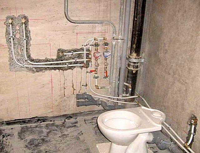 Обычно все коммуникации сводят ближе к канализационному стояку