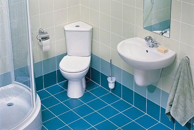 Пол в ванной комнате, выложенный керамической плиткой