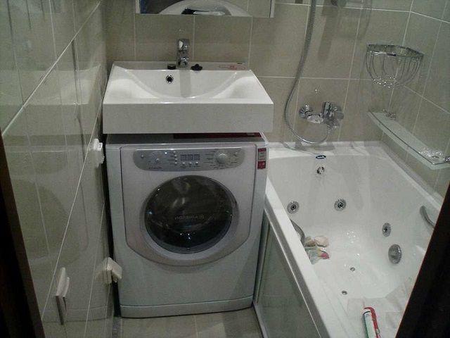 Удачное сочетание раковины и небольшой стиральной машинки