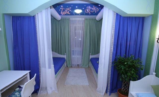 Интересное дизайнерское решение по зонированию помещения с помощью штор и арочного портала.