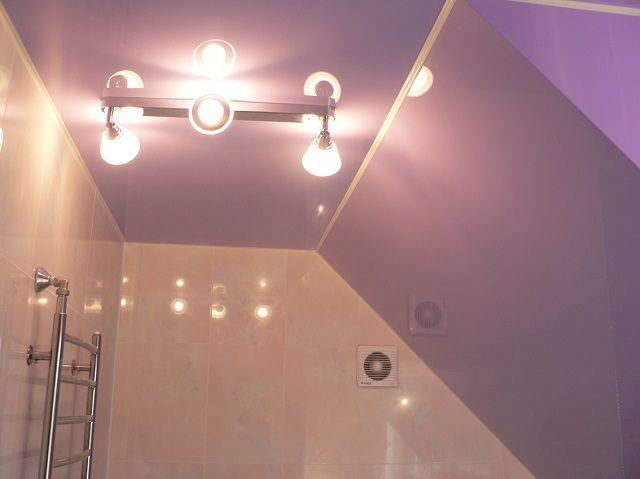 Блок со спотами на потолке ванной