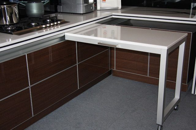 Очень интересное технологическое решение - стол можно переместить в нужное место