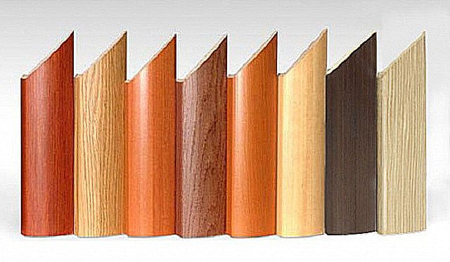 Наличники фасонного типа обычно имеют ту или иную фактурную поверхность
