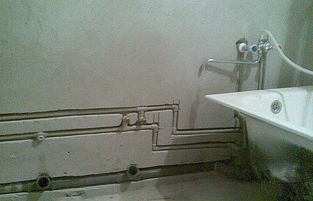 Водопроводные и канализационные трубы, убранные в штробы