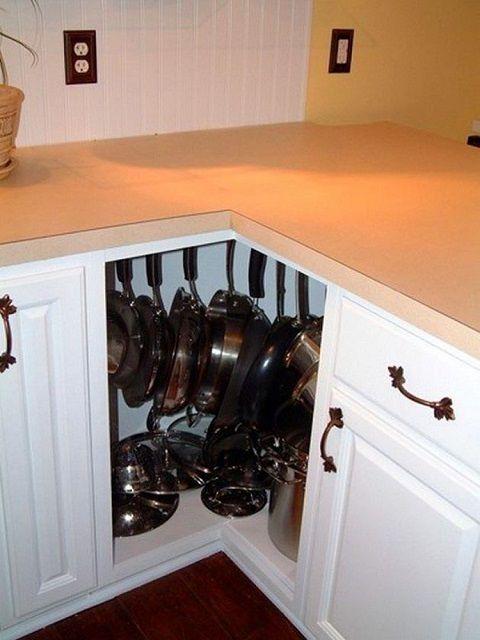 Очень часто остается мало задействованным угловой шкаф - чем не место для хранения сковородок?
