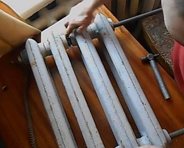 Чугунный радиатор можно разобрать для замены секции или  для проведения профилактических работ