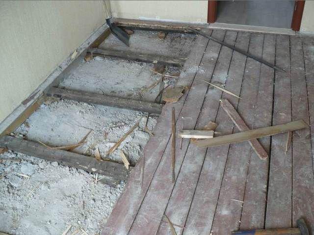 Первым делом надо тщательно проинспектировать и, при необходимости, отремонтировать деревянный пол
