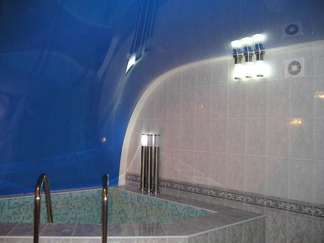 Сложная в монтаже, но очень оригинально смотрящаяся арочная поверхность натяжного потолка