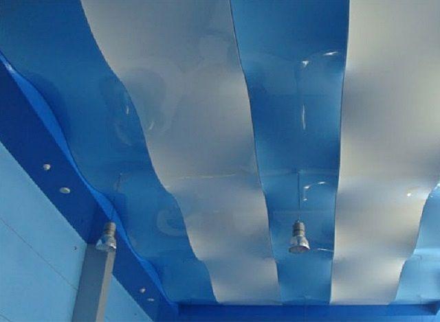 Волнистая поверхность натяжного потолка