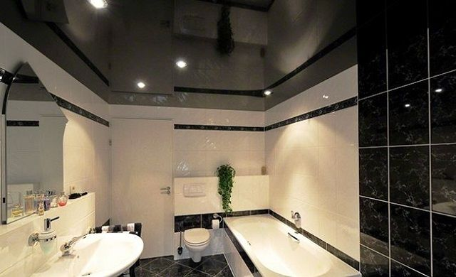 Глянцевые потолки созданы  как будто специально для отделки ванных комнат