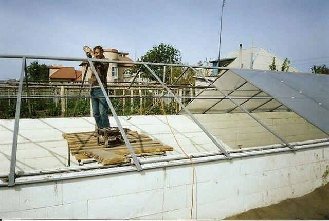 Для каркасной конструкции можно использовать металлический профиль или деревянный брус