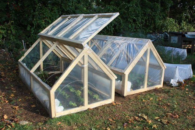 Тоже достаточно простая конструкция, с шарнирно закрепленными, открываемыми по мере необходимости скатами