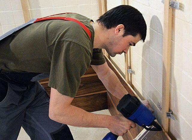 Монтаж горизонтально ориентированных панелей проводится в направлении от пола к потолку