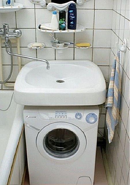 Возможен вариант установки общего смесителя с длинным изливом для раковины и ванны.