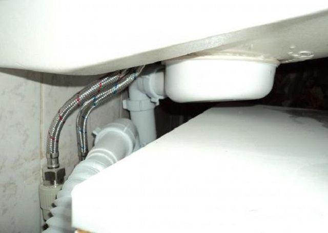 Монтаж гибкой водопроводной подводки и сливной трубы