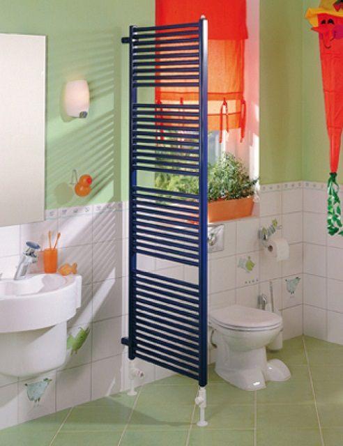 Полотенцесушитель напольной установки может послужить разделителем помещения объединенного санузла на зоны