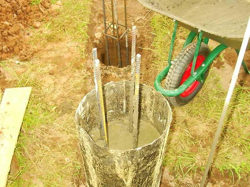 Раствор подвозят тачкой и заливают внутрь опалубки лопатой, утрамбовывая или протыкая смесь глубинным вибратором