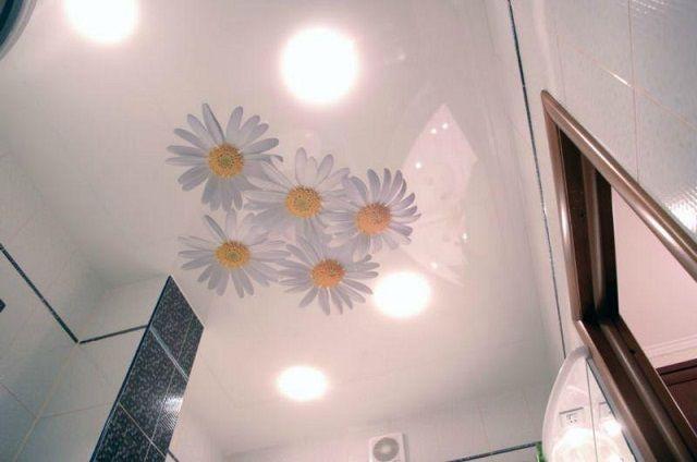 Очень красиво смотрятся пленочные натяжные потолки с фотопечатью