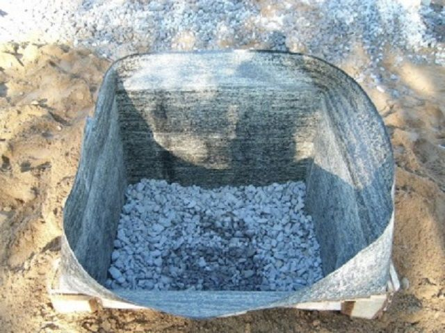 Котлован со слоем гидроизоляции на стенках и песчано-гравийной подушкой на дне