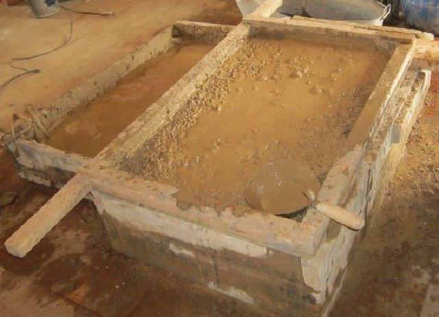 Протирка глины через металлическое сито