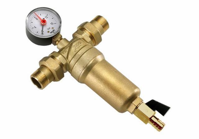 Манометр, установленный на сетчатом промывном фильтре механической очистки воды