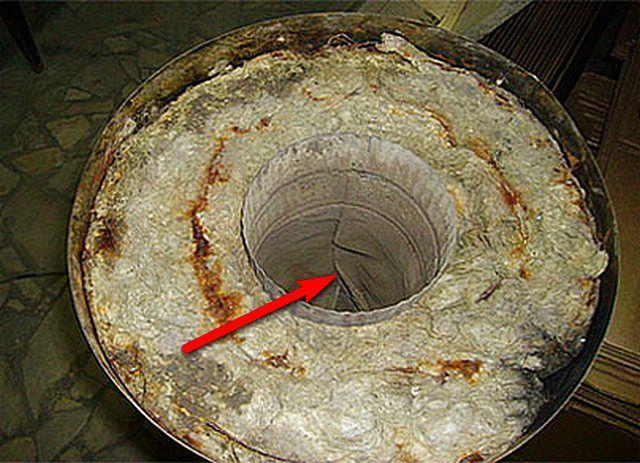 Стрелкой показан участок деформации и прогорания внутреннего канала сэндвич-трубы