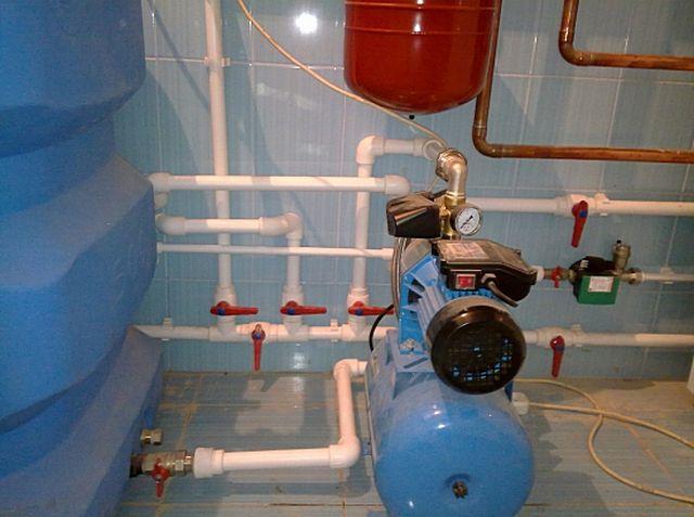 Оптимальное решение - насосная станция забирает воду из объемного безнапорного накопительного резервуара